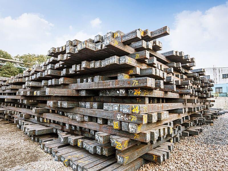 دولت دست از قیمتگذاری شمش فولاد بردارد
