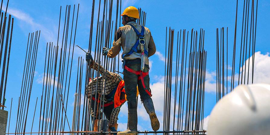 تصویر کارگران در حال آرماتوربندی